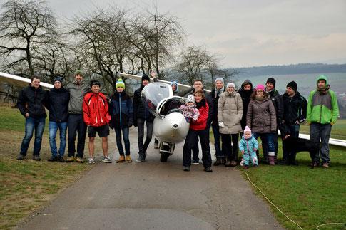 """Die Teilnehmer des Hofgeismarer Winterlehrgangs auf dem Segelfluggelände """"Dingel"""" in Hümme."""