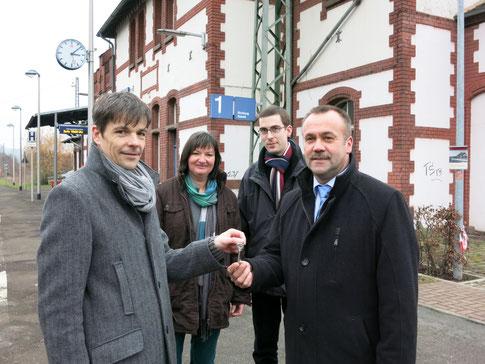 Markus Mannsbarth übergab die Schlüssel an Wolfgang Sprenger von der RTG; im Hintergrund Beisitzerin Erika Lauterbach Nissen und Schriftführer Dirk Altmann (Foto: P. Nissen)
