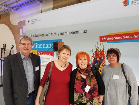 Foto von links: Peter Nissen (Vorsitzender Generationenhaus Bahnhof Hümme), Frau Meyer (Mehrgenerationenhaus Heilhaus Kassel), Bundestagsabgeordnete Ulrike Gottschalk, Beate Carl (Vorstand Generationenhaus Bahnhof Hümme).