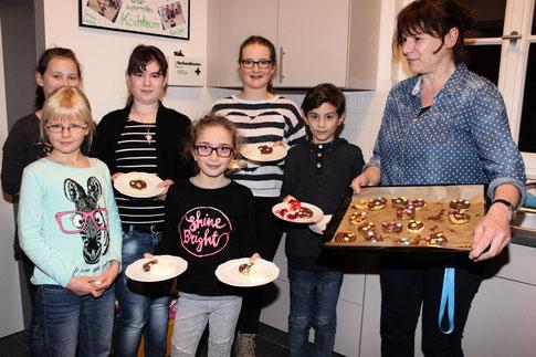 Stolz präsentierten die jungen Köche ihren Nachtisch. (Re.) Kursleiterin Christine Meyer-Hozak (Foto: I. Seidenstücker)