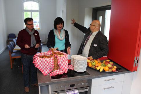 Erika Lauterbach-Nissen vom Vereinsvorstand während einer Frühstückspause mit Besuchern in der Küche des Generationenhauses (Foto: D. Altmann)