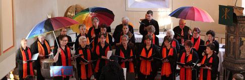 """Bei dem Lied """"Regen fällt heute auf die Welt"""" wurden sogar die Schirme aufgespannt (Foto: R. Siebert)"""