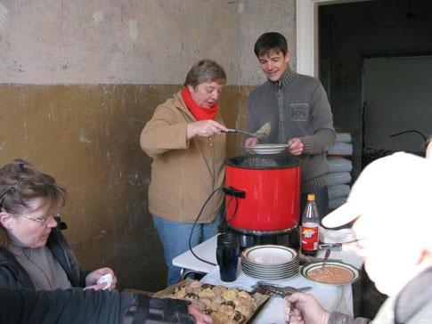 Monika Grebing verteilt Suppe an die Arbeitskräfte (Foto: P. Nissen)