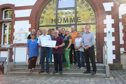 Der Kegelclub übergibt den Scheck an den Verein (Foto: Dirk Altmann).