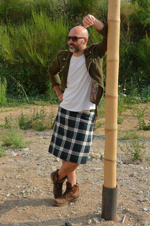 Pourquoi porter la jupe pour homme ? Doit on être écossais pour oser le kilt ? La jupe permet d'être libre de ses mouvements, donne un look fashion, pour les hommes qui aiment la mode et rester chic tout en étant à l'aise en été. La jupe est pour homme.