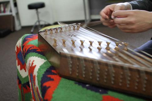 民族音楽演奏演習で使われているイランの民族楽器サントゥール