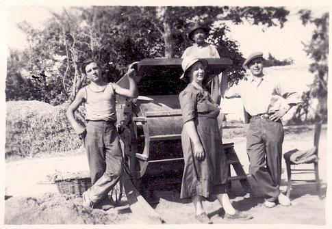 En haut Marcel ROBERT ; en bas depuis la droite : Aimé ROBERT et Henria ROBERT ; à gauche ouvrier non identifié