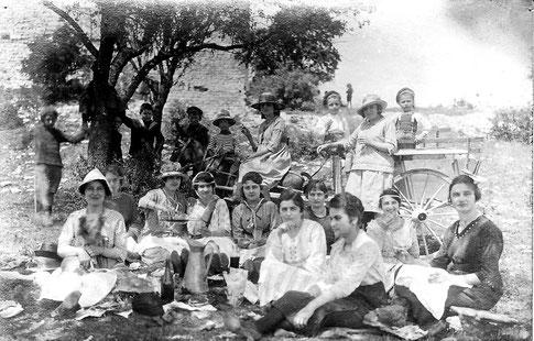 Pique-nique à Thouzon vers 1920 (femmes et enfants)