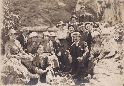 Sortie d'un groupe de Thorois à Fontaine-de-Vaucluse vers 1919