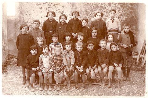 Ecole publique du hameau de Thouzon en 1930