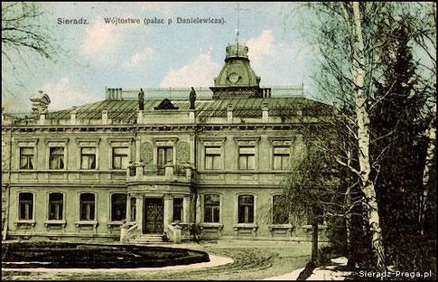 Pocztówka z pierwszych lat XX wieku. Pałac już w posiadaniu Danielewiczów. (Fot. sieradz-praga.pl)