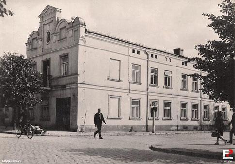 Budynek Biura Wystaw Artystycznych ze zmodyfikowanym po 1915 r. frontem. Lata PRL.