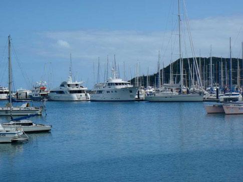 Beniguet parait petit devant les motor yachts