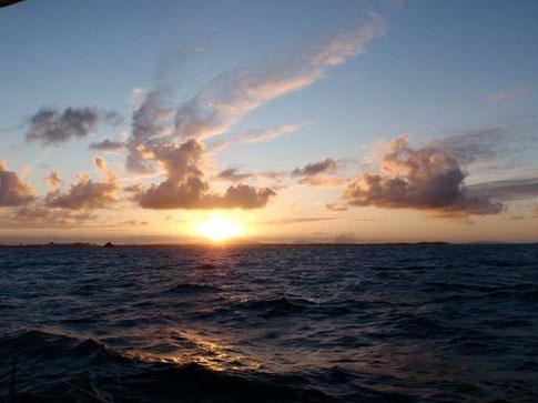premier coucher de soleil en approche de l'Australie