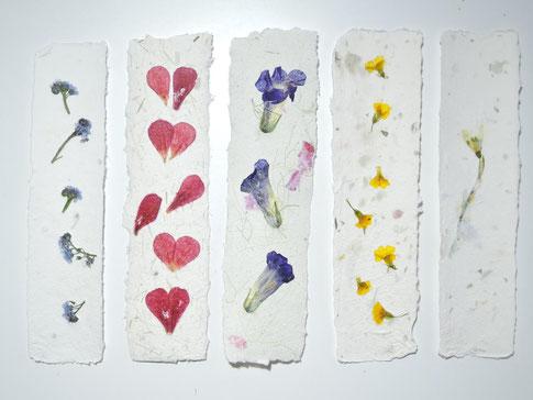 Lesezeichen aus Büttenpapier mit verschiedenen Blüten