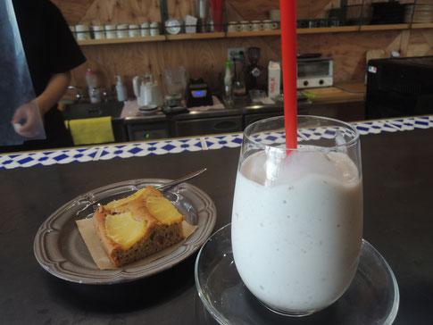toitoitoiさんのメニューの一つ、濃厚バナナジュースとパイナップルケーキ