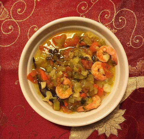Griechische Scampi Suppe in einer weißen Schale