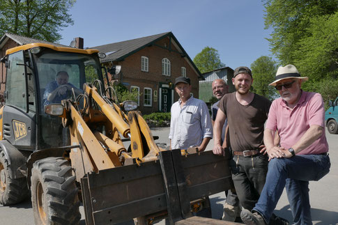 Foto: Gläßel  ---                                         Die starken und gefühlvollen Männer  des Aufbautrupps. Kraft, Augenmaß und Gespühr für Raum und Perspektive sind gefragt.