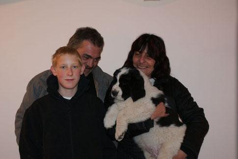 Mein neues Frauchen Sabine, meine neues Herrchen Manfred und deren Patenkind Marcel