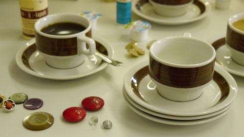 Kaffee und Knöpfe