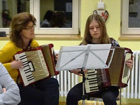 Musikalische Eröffnung der Hauptversammlung durch Heidrun Harer und Jennifer Gneiting.