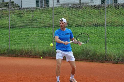 Stefan Hausmann verdiente sich seinen Sieg für den Tennisclub Höfe Freienbach dank Kampfgeist und Einsatz über volle drei Stunden.