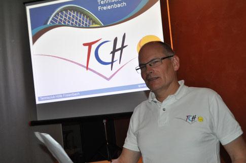 Co-Präsident Manfred Hepp führt souverän durch die Generalversammlung des Tennisclubs Höfe Freienbach.