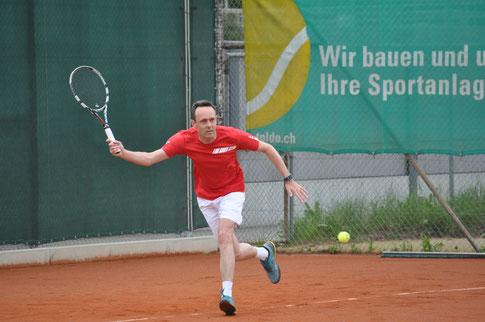 Nigel Pelly trug mit seinem hartumkämpften Dreisatzsieg zum Ligaerhalt des TC Höfe Freienbach bei.