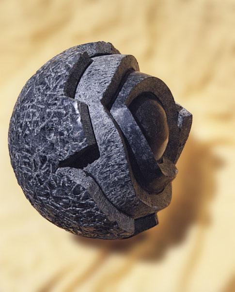 Kernskulptur aus schwarzem Naturstein. Kern und Mantel aus schwarzem Stein aus Diabas.