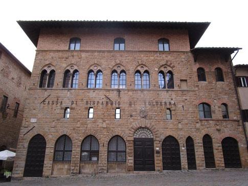 Palazzo incontri lato Piazza dei Priori sede centrale Cassa di Risparmio di Volterra