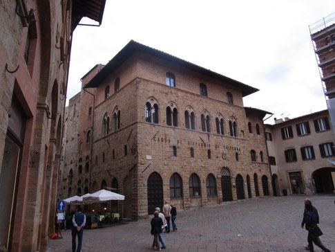 Palazzo Incontri lato Sdrucciolo di Piazza con case torri