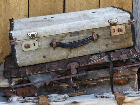 Abgelegte Koffer stehen für seelischen Ballast