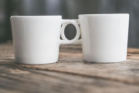 Zwei Tassen als Symbol für erfolgreiche Konfliktklärung