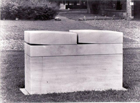 Monumentaal beeld i.o.(gemeente Havelte) Marmer 130x60x100