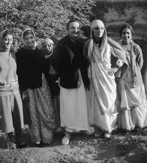 MSI Collection ; India - Soonamasi is behind Baba