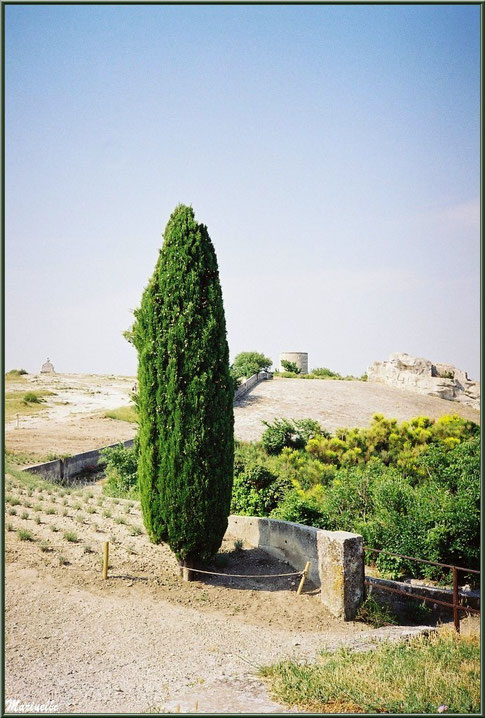 Moulin à vent, monument de Charloun Rieu et plan Dalle (en contrebas du moulin), Château des Baux-de-Provence, Alpilles (13)