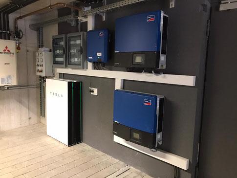 Zwei montierte Tesla Speicher bei einer großen Industrie Photovoltaik-Anlage © iKratos