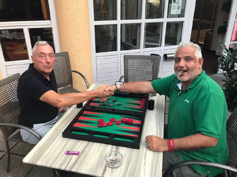 Double-Sieger im SpeedGammon Chiva Tafazzoli (Links), im Finale gegen Rudolf Kraft.
