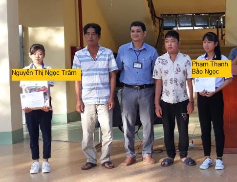 Überreichung der Auszeichnung an Bảo Ngọc und Übergabe der Geschenke an Ngọc Trâm (von ihrem Paten) in Tây Ninh.