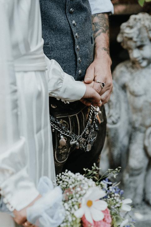 Bild: Die freie Trauung im modernen bayrischen Stil, finde Informationen und Tipps für die Freie Trauung im LaDü, NRW, Oktoberfesthochzeit, Oktoberfest, Hochzeitstracht, Brautdirndl, Hochzeitsreportage, gefunden auf philosophylove.de aus Düsseldorf
