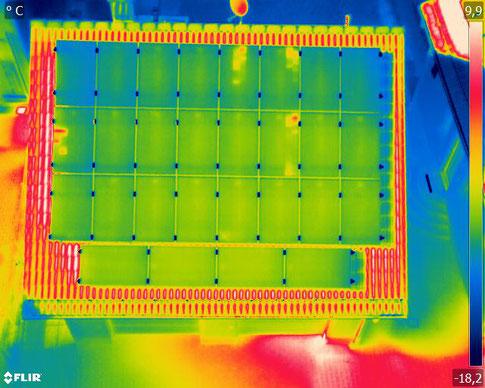 Themografie Aufnahme einer Photovoltaikanlage mit diversen Auffälligkeiten