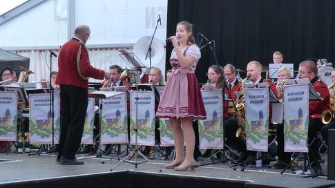 Unsere Alissa unterstützt mit Gesang den Musikverein Beiersdorf
