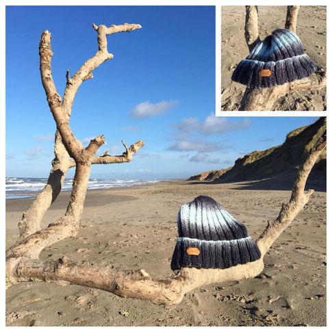 hellblau dunkelblaue Mütze auf einem Ast am Strand
