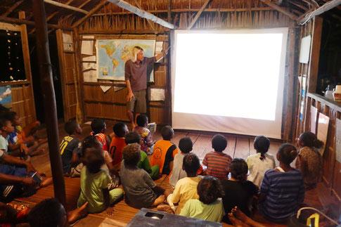 Kinder hören gespannt einer der abendlichen Präsentationen zu
