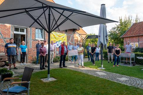 Den Erlös von 600 Euro überreichten die Initiatoren des Spielewochenendes der Kinderkrebshilfe Münster. Foto: Simon Proost