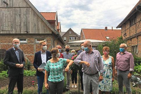 Symbolische Scheckübergabe am Heimathaus. Foto: Bettina Laerbusch