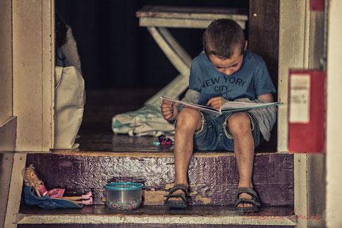 Pendant la répétition des Choraleurs, les enfants s'amusent, lisent des livres, mangent des bombons...