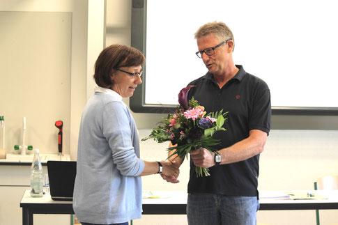 Renate Rink freut sich über einen Blumenstrauß zur Begrüßung. (Foto: Johann Eisfeld)