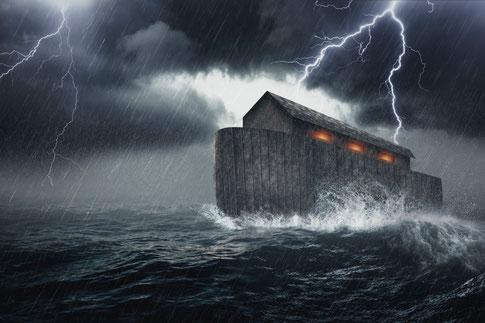 Dramatisches Bild der Arche Noahs im Sturm.