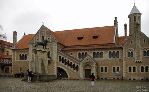 Burg Dankwarderode in Braunschweig und davor: der Braunschweiger Löwe